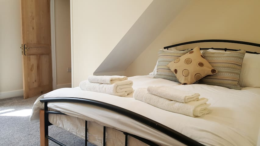 Explore! Newly Refurbished Tidy City Centre Room