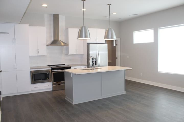 Stunning 2 Bedroom Apartment Just West of Downtown