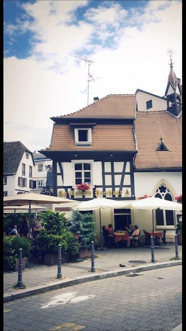 """A côté du fameux restaurant """"au Renard Prêchant"""" tenu par le talentueux Léon."""