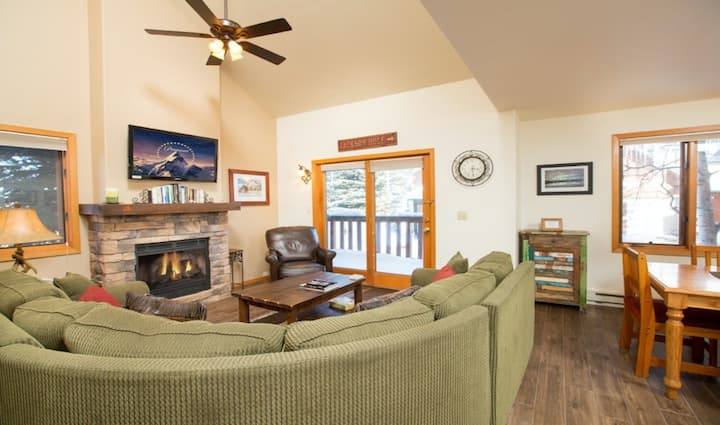 Multi-level townhome w/unbeatable location, fireplace, deck, & mountain views
