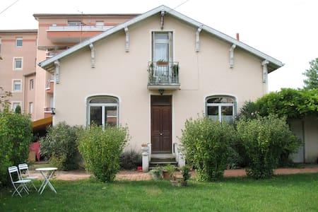 Chambre avec salle douche indépendante - Romans-sur-Isère