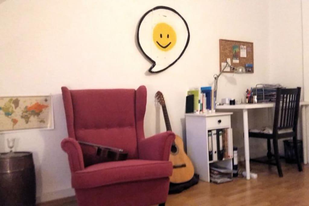 Sessel zum Lesen und Schreibtisch zum Arbeiten