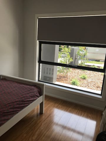 Bright Single Room at a 20 min train to CBD
