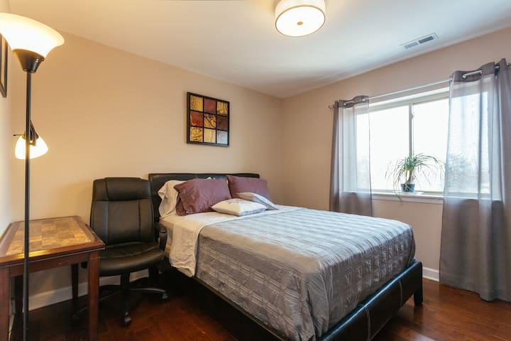 Private BedRoom & Bath, 5 mins walk to Blue Line - Chicago - Apto. en complejo residencial