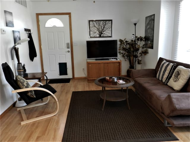 Comfortable, stylish living room with flat screen/cable tv