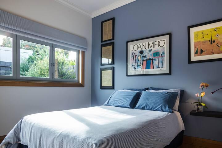 Private bedroom & bathroom, continental breakfast