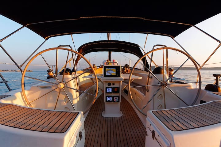 Stay onboard a luxury, spacious, modern 46ft yacht