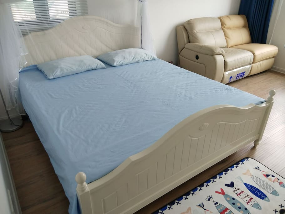 卧室1米8实木大床+2张芝华士真皮沙发+莱茵阳光木地板
