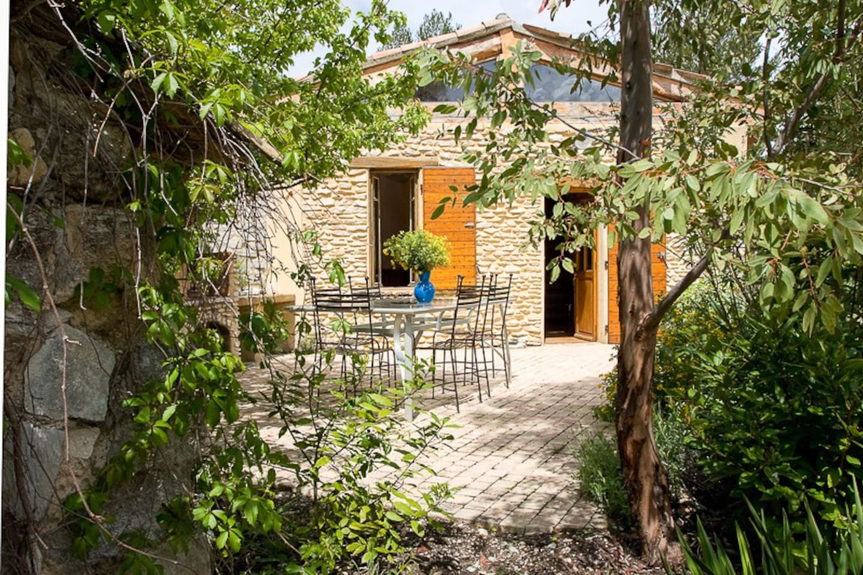 Belle terrasse avec table et chaises, salon de jardin, barbecue en pierre .