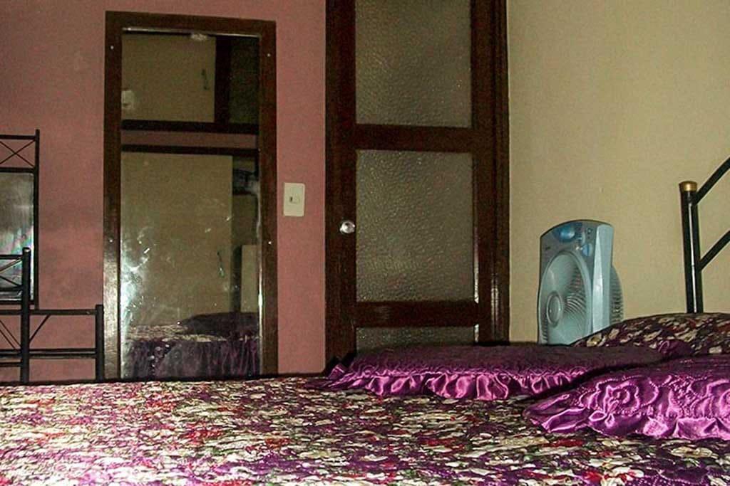 Habitacion idependiente que cuenta con baño, cama camera, cama personal, agua caliente, climatizada(split), minibar, armario, etc.