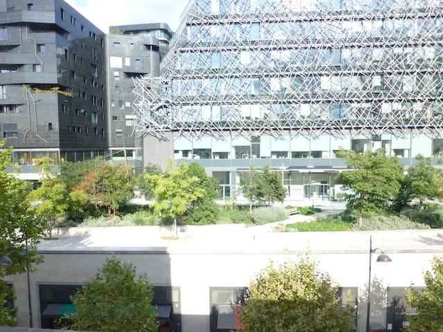 vue de la chambre sur bâtiment de l'architecte Jean Nouvel