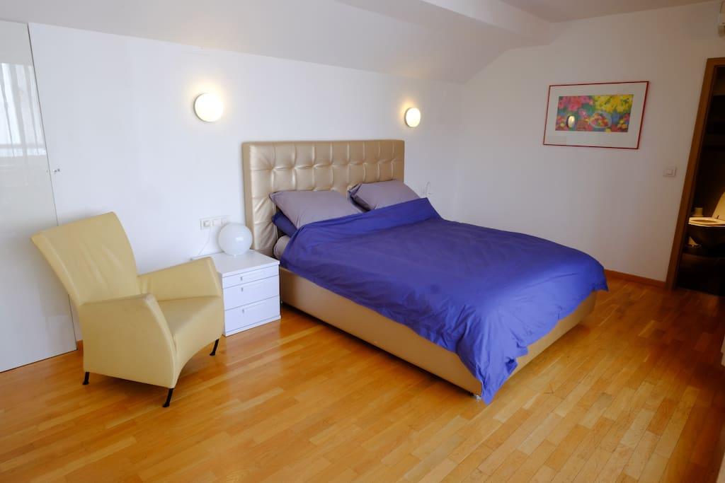Bright and roomy upstairs bedroom with en suite bathroom, built in wardrobes and roof terrace