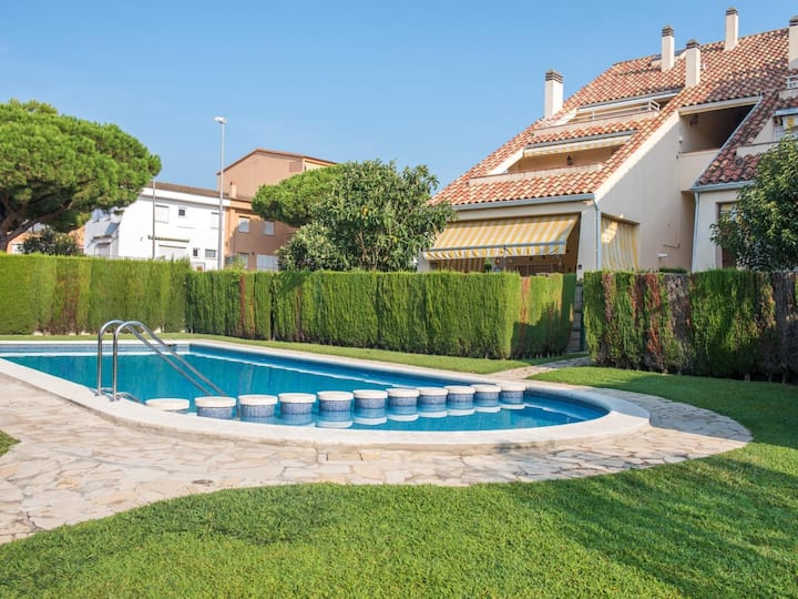 Feel located with private garden and pool