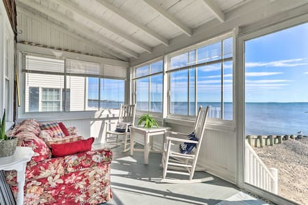 Cozy Beach Front Cottage in Hawk's Nest