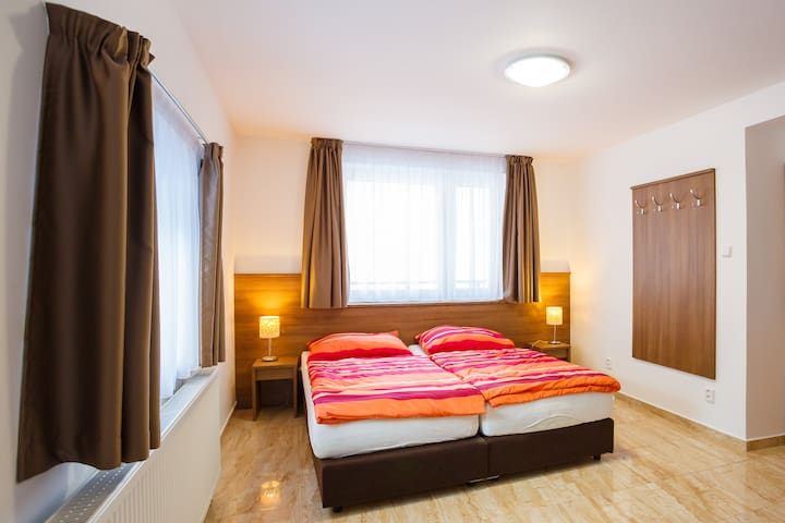 Apartmán se 2 ložnicemi a terasou (až 6 osob)