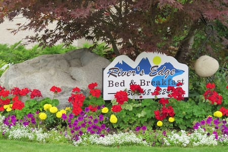 River's Edge Bed and Breakfast - Down Home Room - Trail