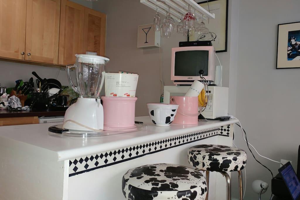 Full Kitchen with Breakfast bar .