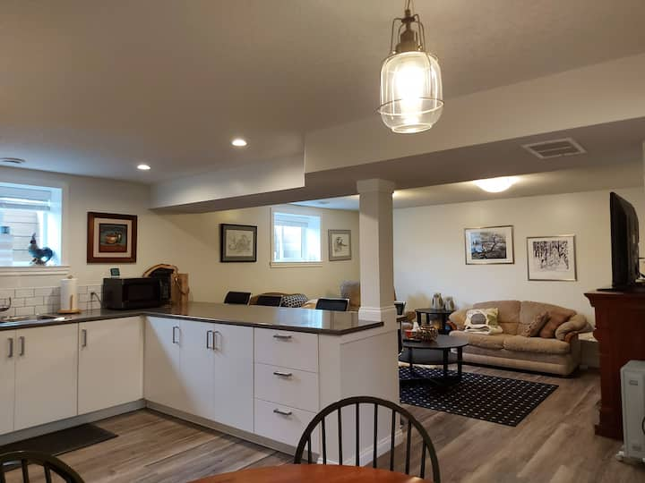 Modern executive home! 10 minutes from down town.