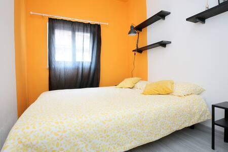 Stanza gialla con garage nel cuore di Genova