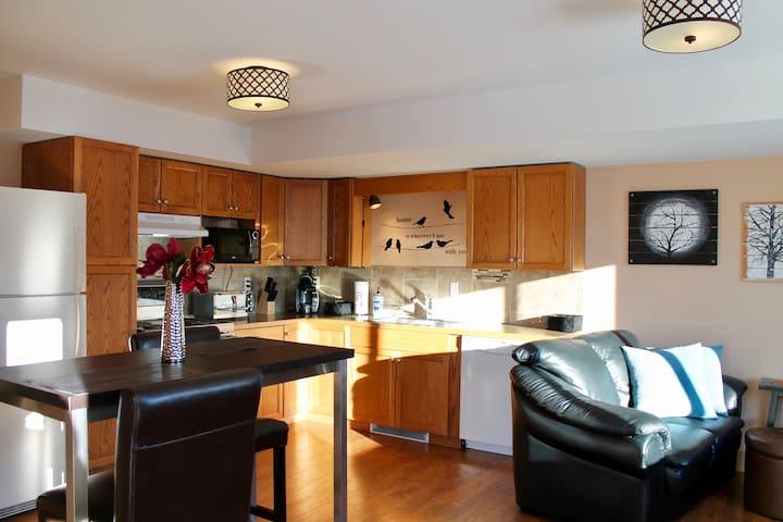 Denise's Stunning 2 Bedroom Suite/Amazing Views!