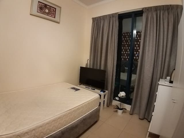 Amazing private room in JLT near metro for 1 lady