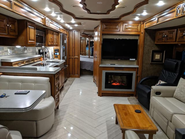 GLAMPING in Large 1 Bedroom RV on Gated property