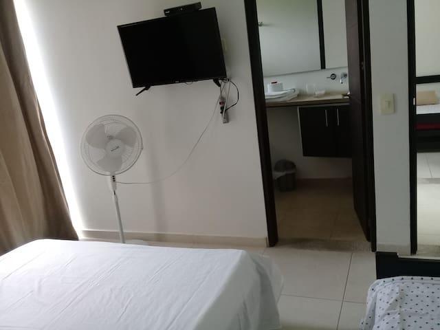 Habitación auxiliar, baño privado, cama doble y sencilla, tv, ventilador.