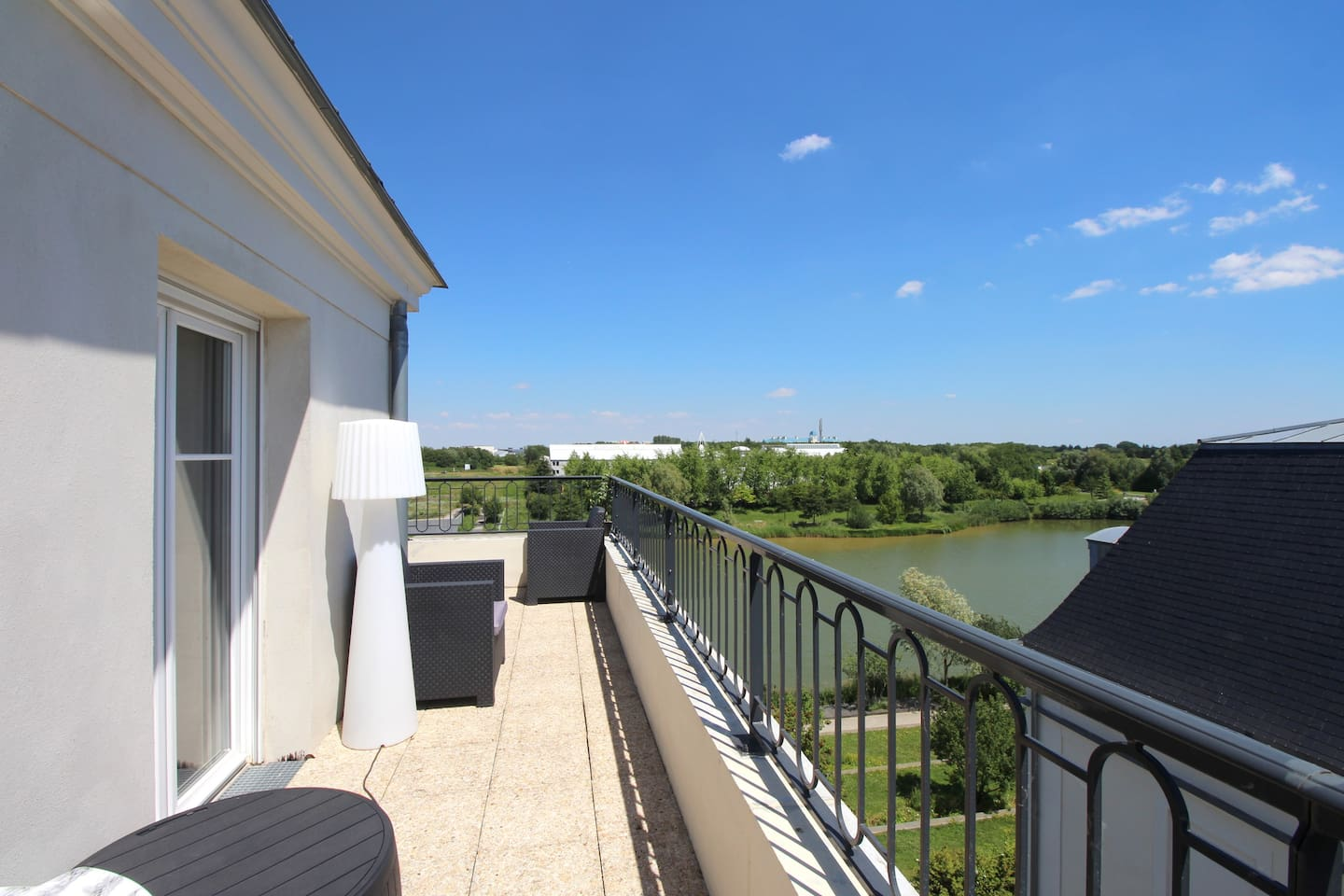 Top floor terrace and amazing view on Serris lake!