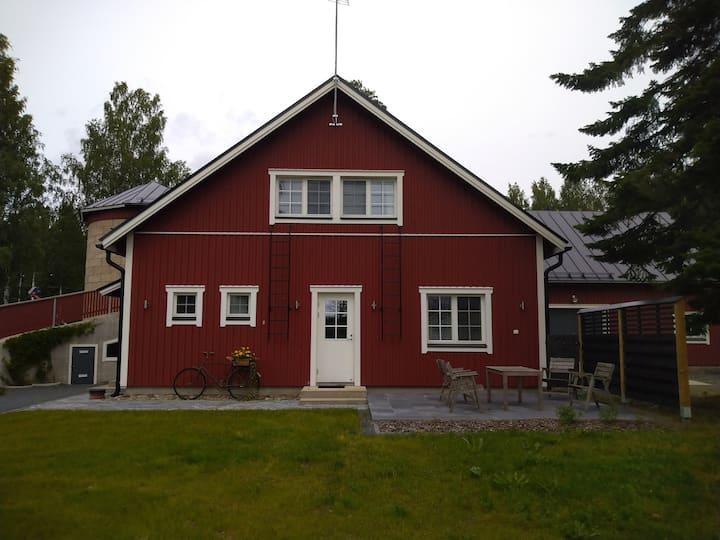 Uusi loma-asunto maalaismaisemissa