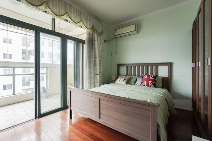 朝南房带大阳台 Private room with balcony - Shanghai