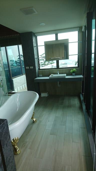 浴缸,讓人有放鬆的衝動!