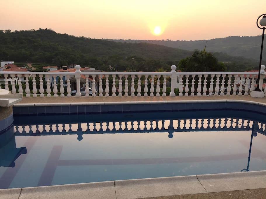 Atardecer visto desde la piscina / Sunset view from the pool