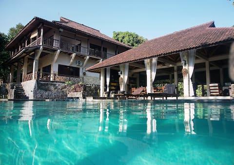 Schitzo Hills 3 BR Mountain Lodge. Pool. Bay View.