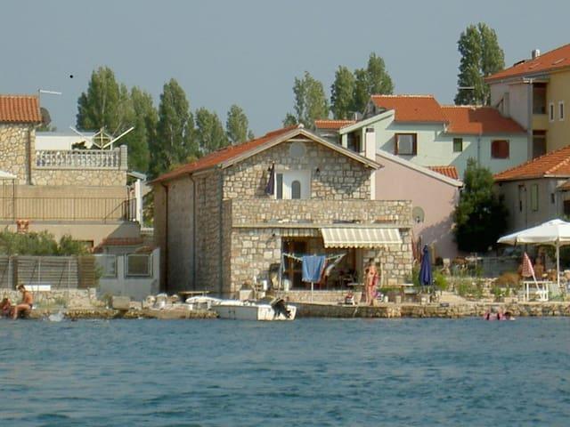 Apartment Sunce right at the sea - Betina - Apartamento