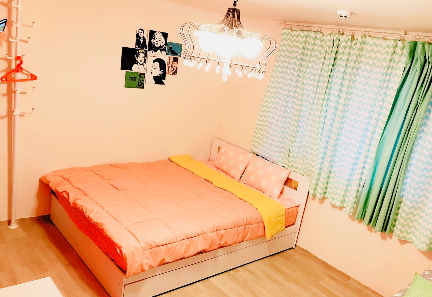Spacious room near Hongik Univ. Station. Can accommodate 1 - 4 guests.