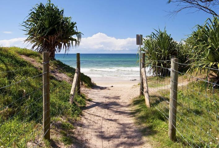 Beach house + studio,  walk to almost everything - Maroochydore - Dom