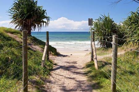 Beach house + studio,  walk to almost everything - Maroochydore - Casa