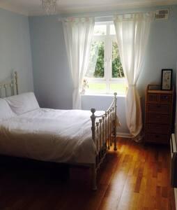 Clean bright & airy double en Suite - Castlegar - Huoneisto