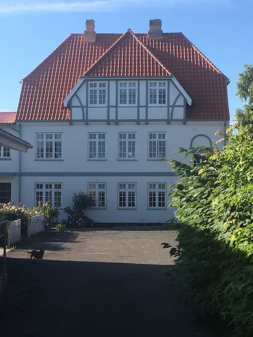 Huset set fra Havnegade, indkørsel ved lægehuset.
