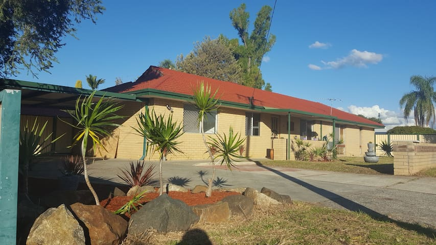 Spacious Family home 15mins From Perth Airport/CBD