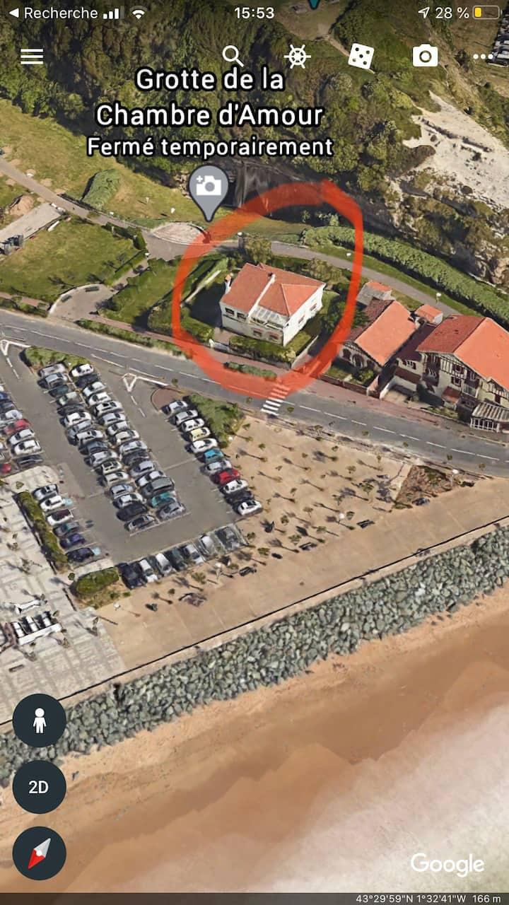 Tout le rdc d'une villa  à 30m de la mer.