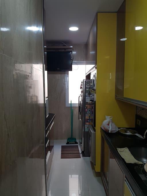 cozinha com tv, micro ondas, forno, cooktop, ar, del side by side, laca loucas