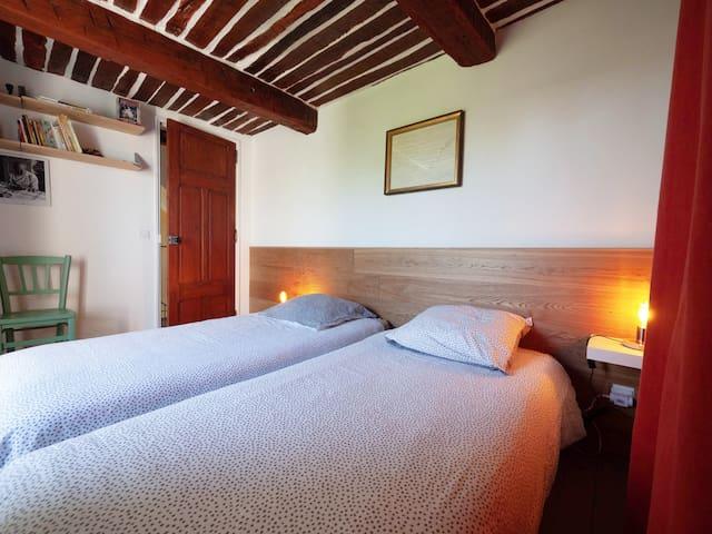 La première chambre du 1er étage, côté jardin (2 lits de 90 pouvant être réunis)