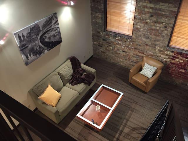 204 Historic 1 Bed w/ Den Loft - Lansing - Çatı Katı