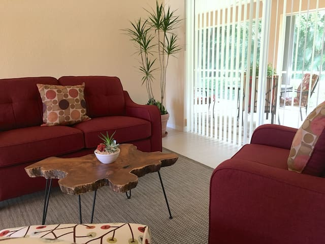 Tranquil, tropical 2BR-1BA. Close to...everything!