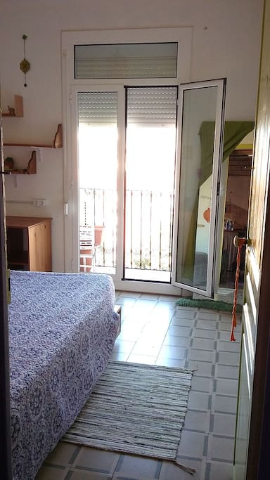 Double room with balcony, a lot of light and nice views.