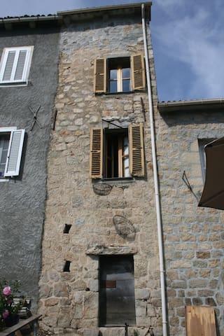 Typique maison de village sur 3 niveaux,