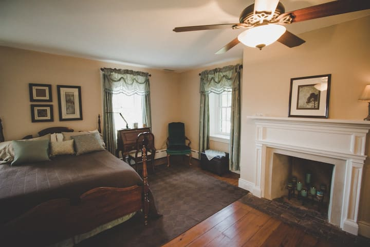 Buttonwood Ridge Farm Fireplace Room - Marietta - Aamiaismajoitus