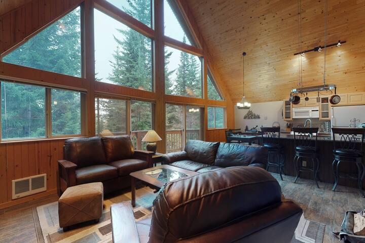 NEW LISTING! Family friendly home w/ full kitchen & WiFi, near ski mountain!