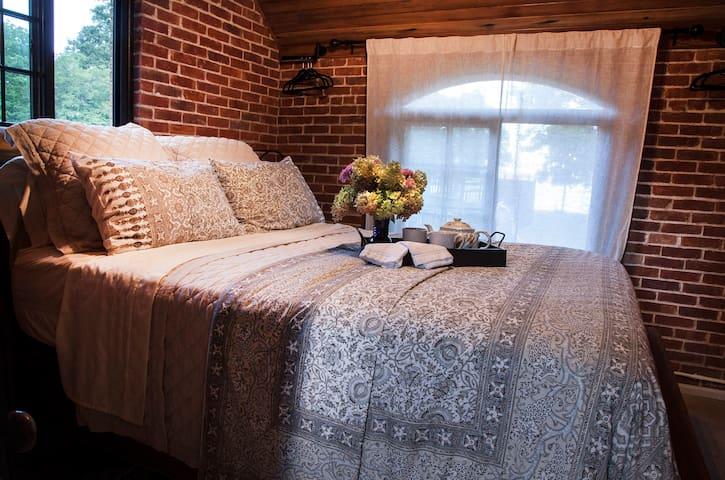 Queen bedroom-1st floor
